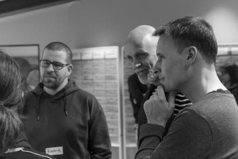 Teilnehmer während einem Metaplan-Seminar